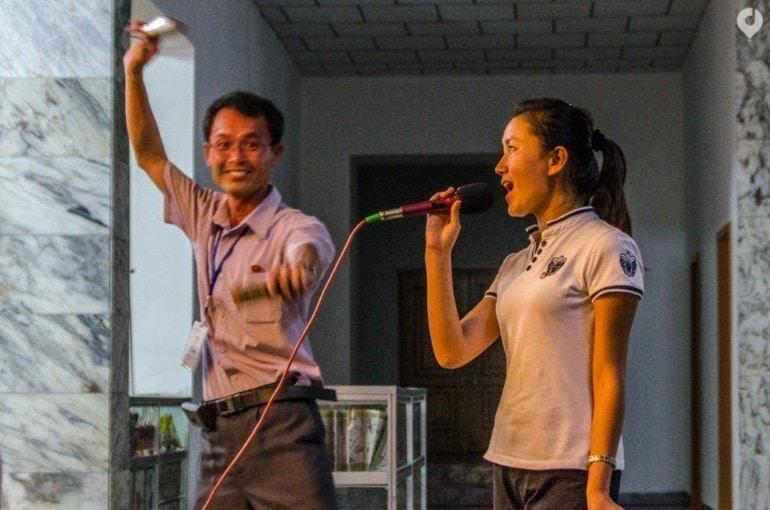 Mister Lim beim Karaoke