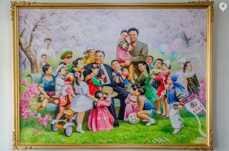 Gemälde der Kims hängen überall